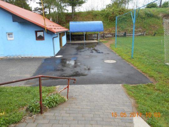 asfaltiranje pred igriščem v Prepoljah